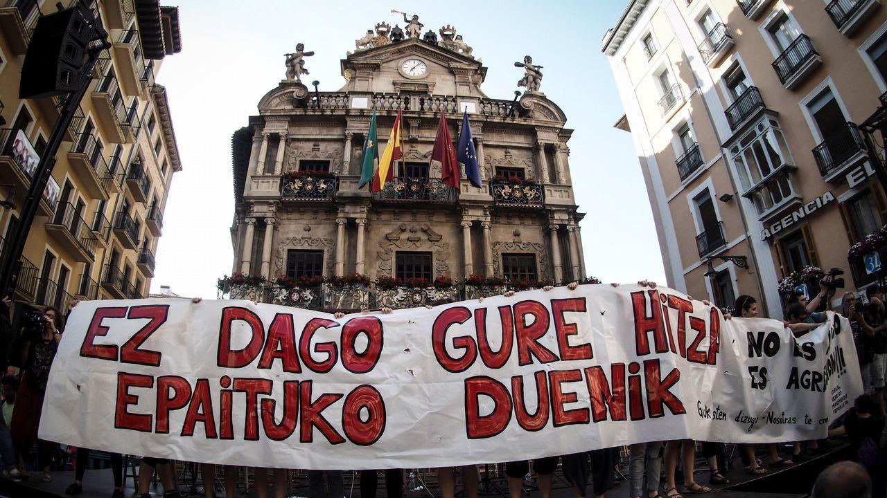 Concentración en la plaza del Ayuntamiento de Pamplona contra el auto que decreta la libertad provisional de La Manada