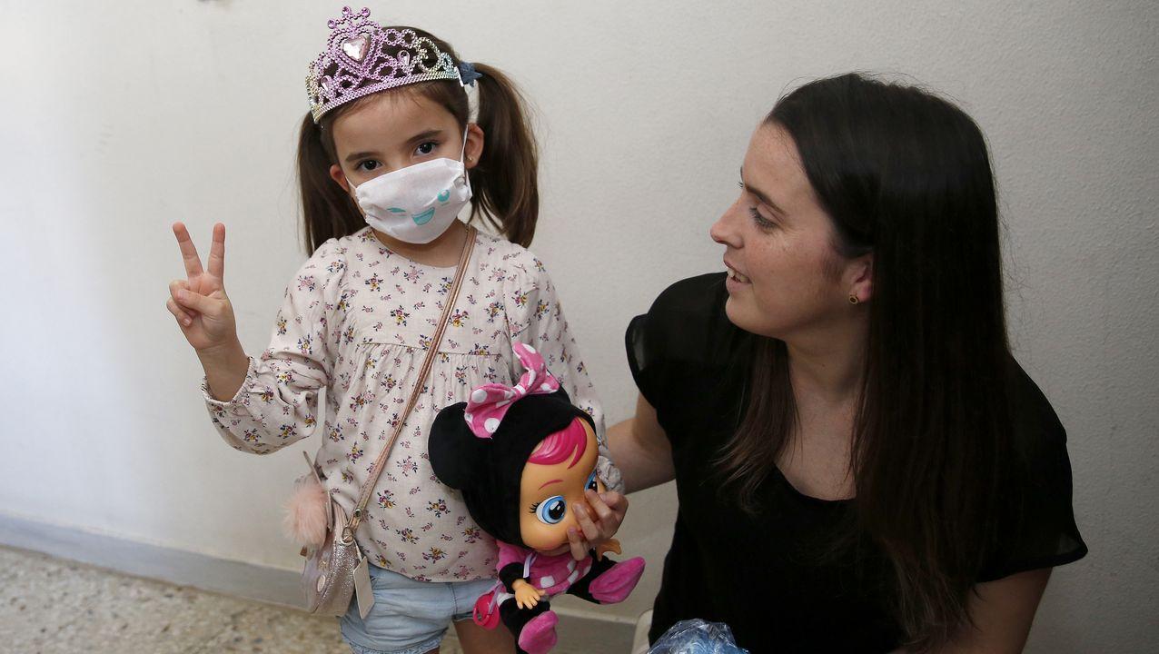 ¡El primer paseo de los niños de Barbanza, en imágenes!.Marta López y Natalia Fernández llegaron a Fuerteventura el 10 de marzo,y la pobrense no pudo regresar a su casa hasta el martes de madrugada