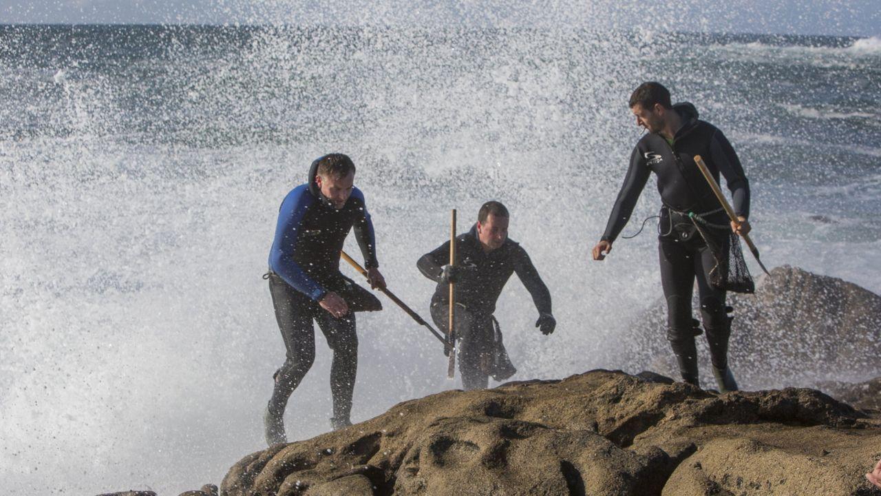 Percebeiros apartándose de una ola en O Roncudo, en Corme, en una imagen de archivo