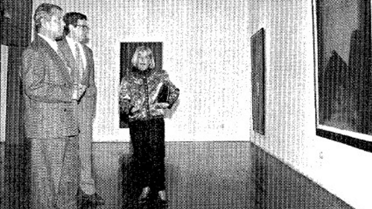 Ramón Álvarez, con Juan Manuel Bonet y la viuda del artista Viola en una exposición de este último que comisarió a mediados de los 90 en A Coruña