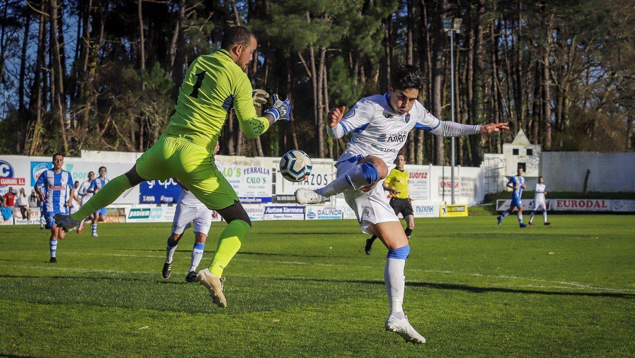 Juan detiene una jugada de Saviola en el derbi que enfrentó a Boiro y Puebla el pasado curso. Esta temporada compartirán equipo en Barraña