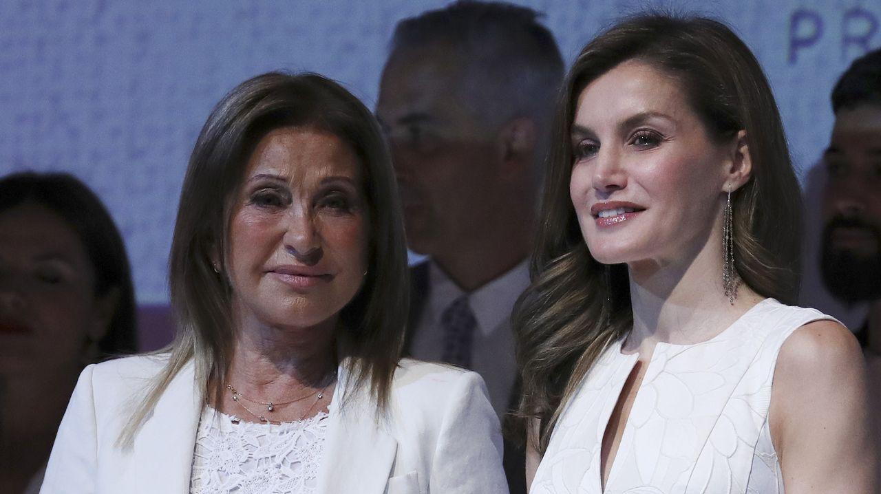 Purificación García, junto a la reina Letizia, tras recoger el galardón