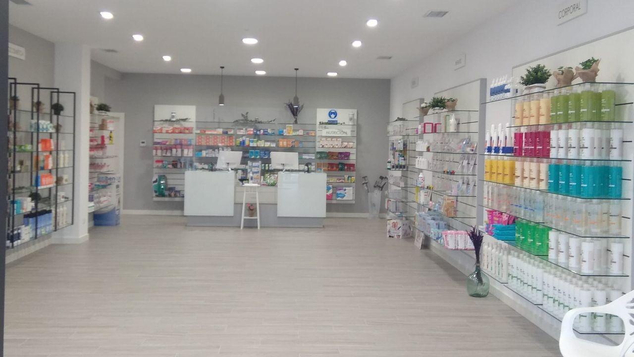 Interior de la nueva farmacia de Friol