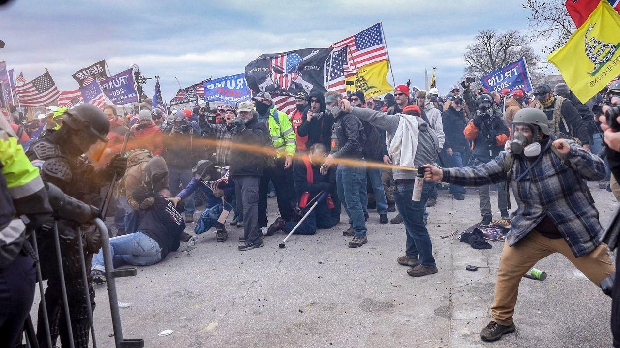 Fanáticos del presidente Trump enfrentándose a las fuerzas de seguridad durante la toma del Capitolio de Estados Unidos
