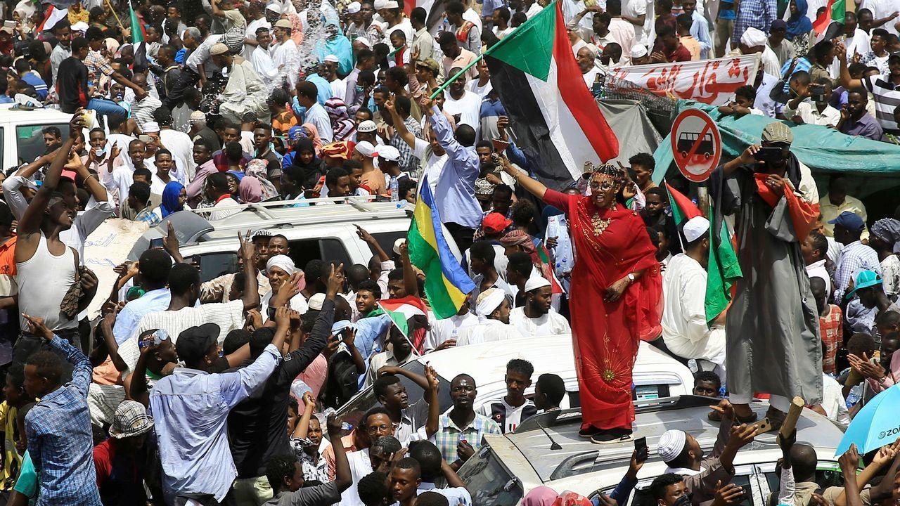 Los sudaneses prosiguieron ayer la sentada ante la sede del cuartel general del Ejército