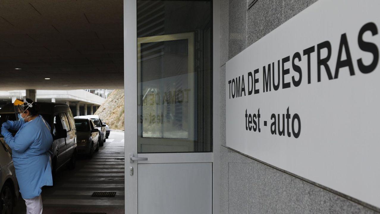 Este jueves todavía se registraban colas en los accesos al hospital de Burela para las pruebas en el covid-auto