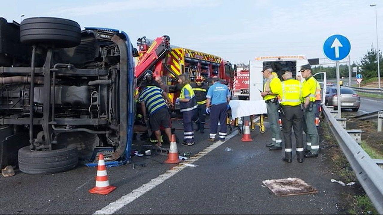 Momento en el que se excarcela al conductor del camión de coches volcado en Deva (Gijón)