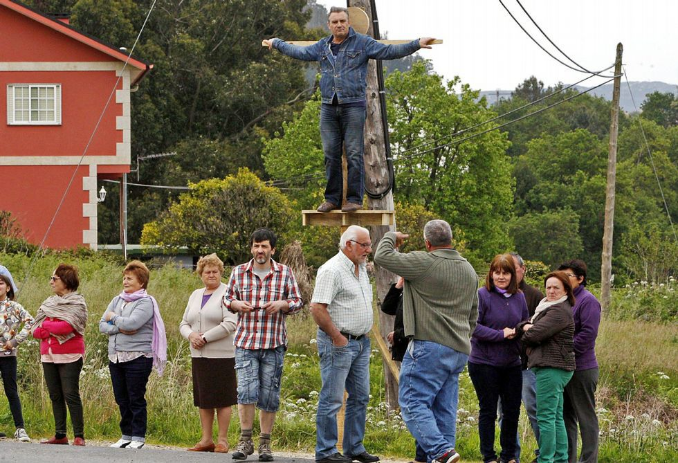 <span lang= es-es >Un alcalde crucificado</span>. Los afectados de Vilaboa, organizados en una plataforma, han desarrollado numerosas movilizaciones para dar visibilidad al problema de los núcleos de litoral. Una de las más llamativas fue la crucifixión simbólica de los vecinos y la corporación -el alcalde en la foto-.