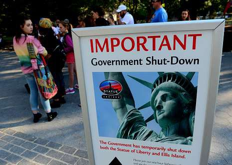Un cartel avisa del cierre a los visitantes de la estatua de la Libertad, en Manhattan.
