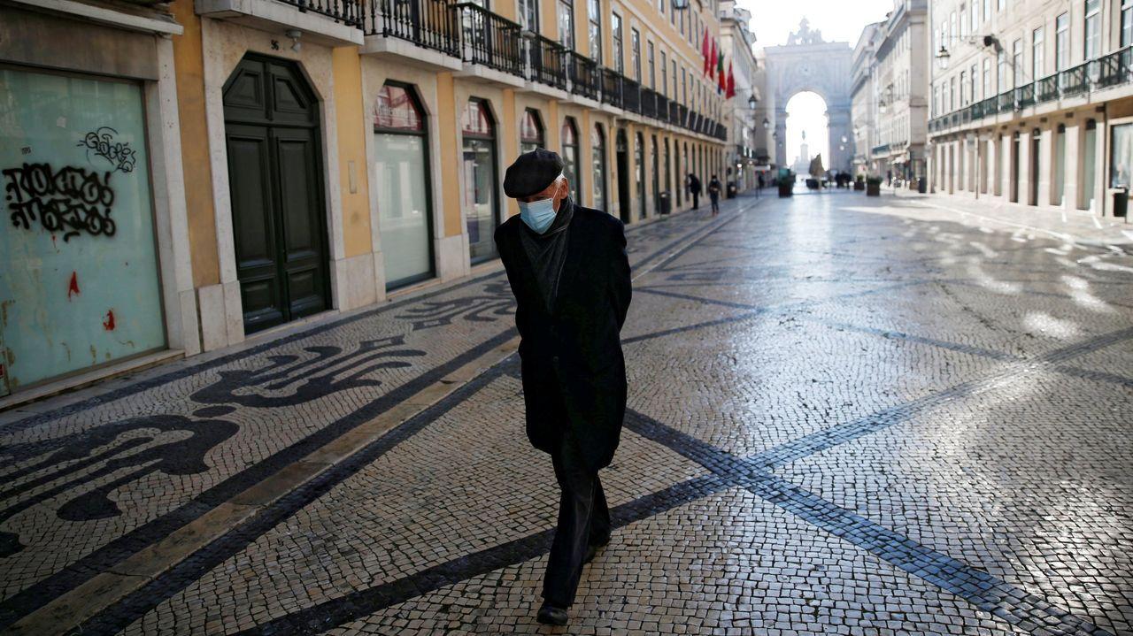 Declaraciones de Feijoo en San Cibrao sobre la ampliación del toque de queda.Imagen de la plaza de Castilla y el paseo de la Castellana en Madrid tras la nevada