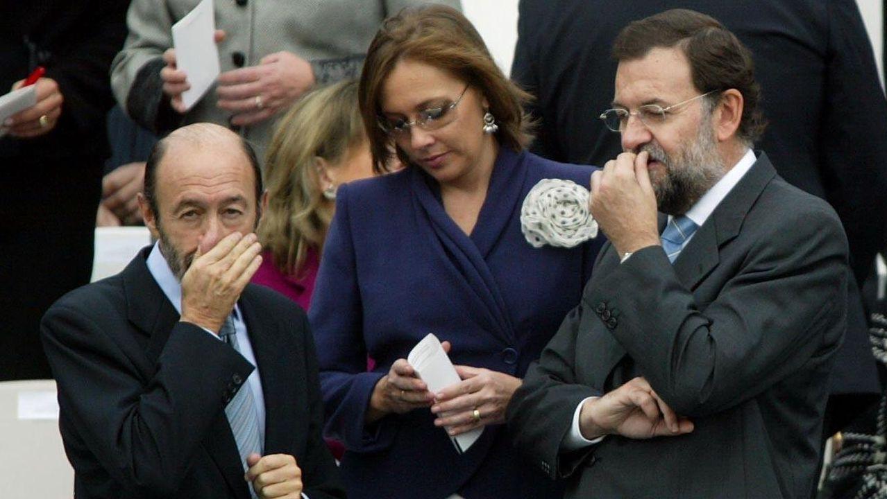 Rubalcaba junto a Mariano Rajoy y su esposa durante el desfile militar con motivo del Día de la Hispanidad en Madrid en el 2005