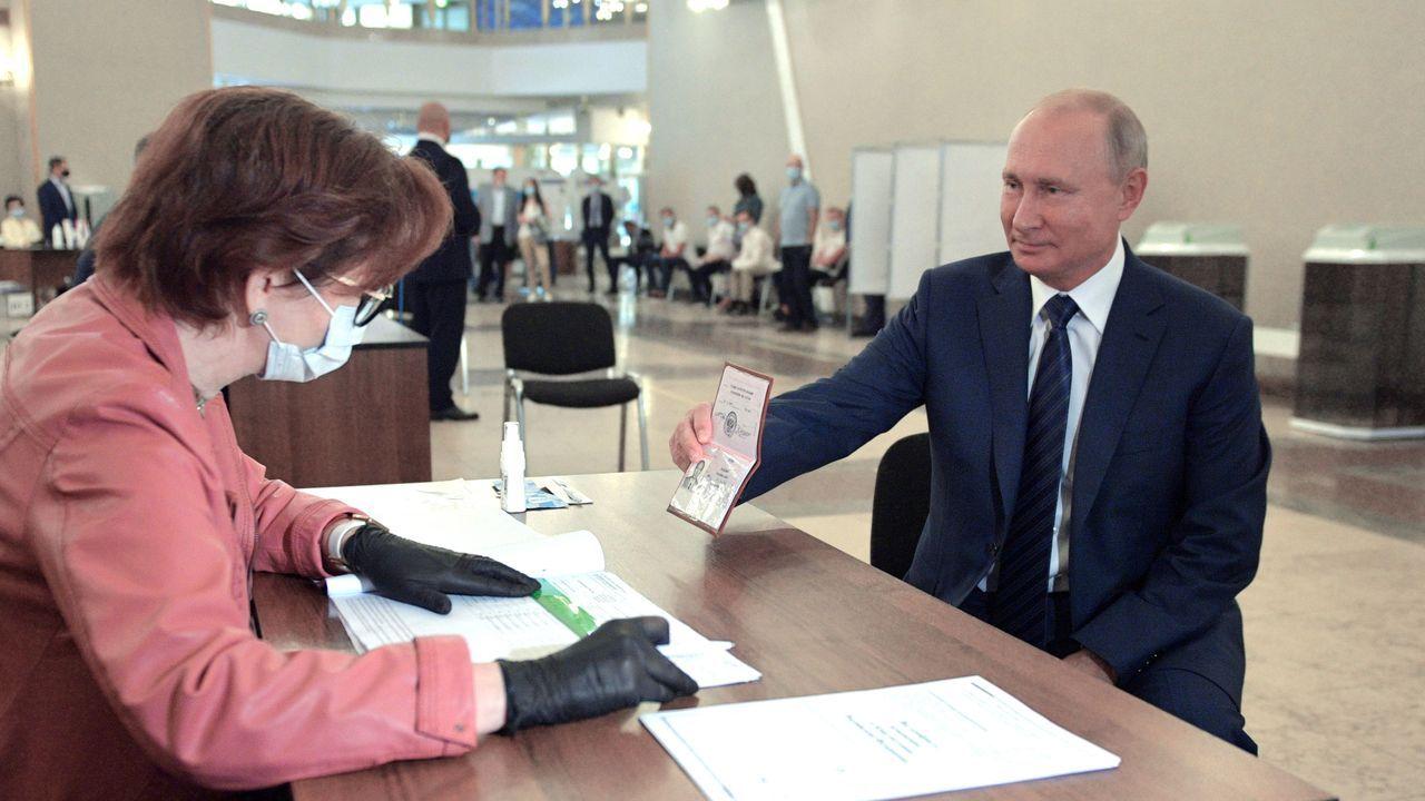 El presidente ruso, Vladimir Putin, enseña su pasaporte antes de votar, este miércoles en el referendo sobre la reforma constitucional