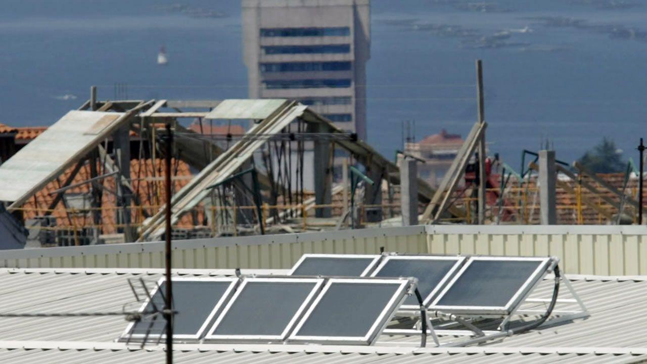 Paneles solares en una casa de Vigo