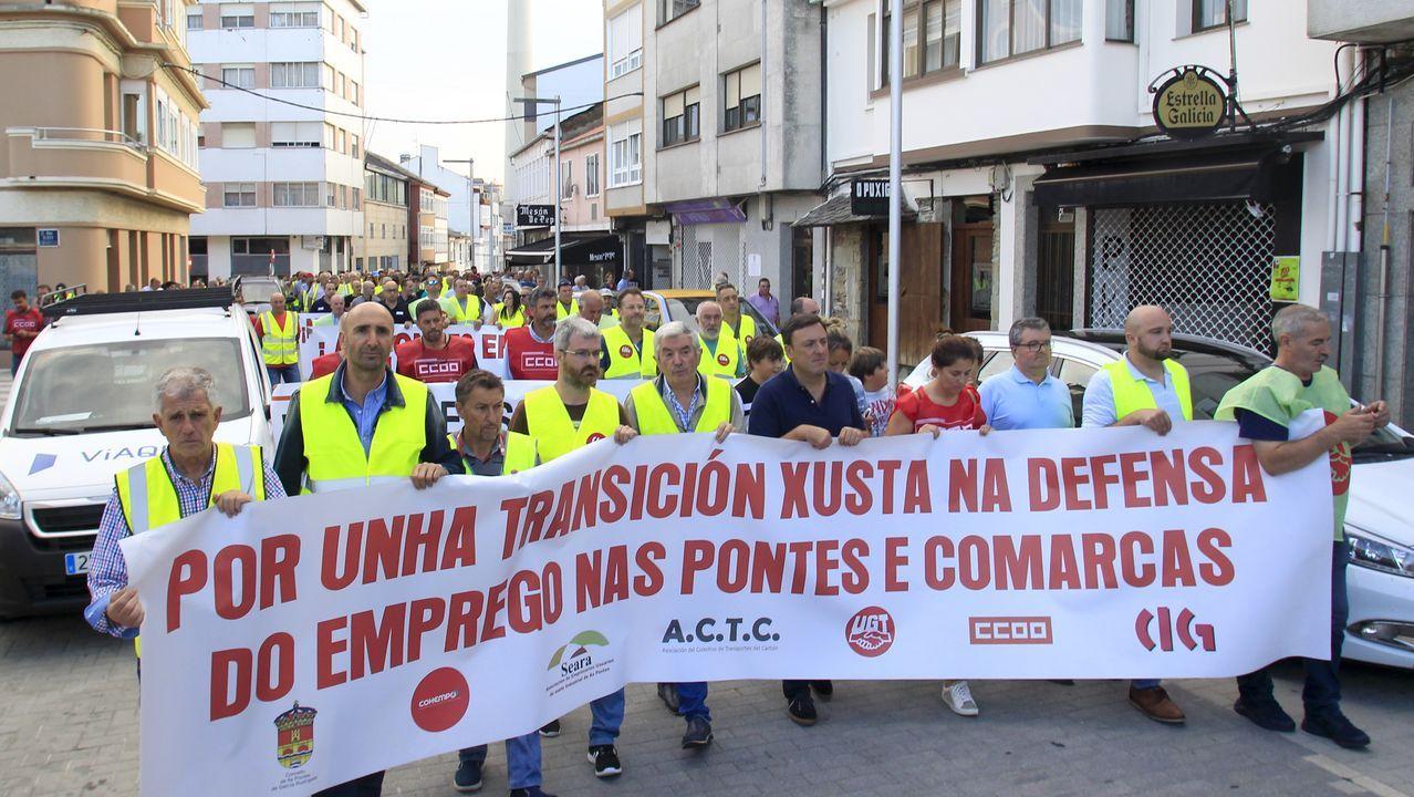 Feijóo promete en Carballo la ampliación del polígono de Bértoa.Luis Ramos, el primero por la izquierda, con los voluntarios de Protección Civil en O Barco