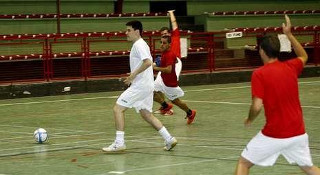El entrenador de la selección, con Pazos.El A Estrada Futsal comenzó esta semana sus entrenamientos.