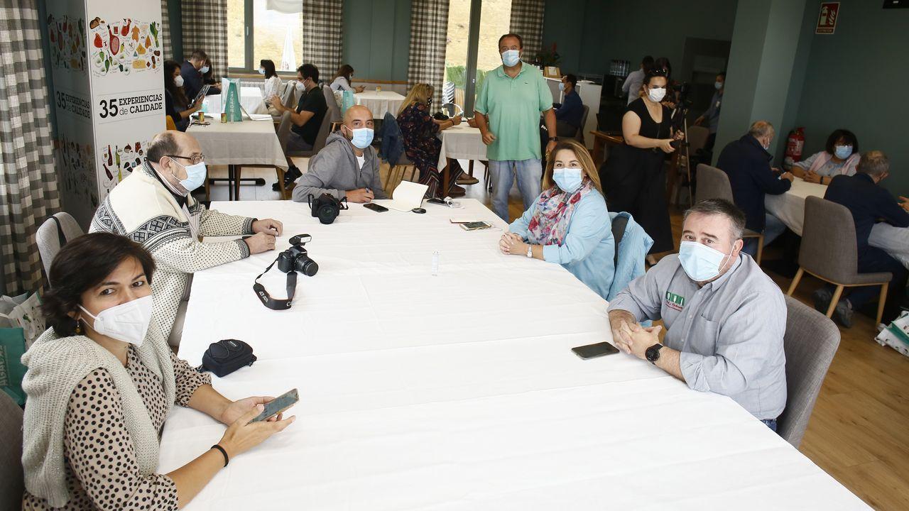 Las concejalas de Educación y de Servizos Sociais de Barreiros entregaron mascarillas en el colegio de San Cosme