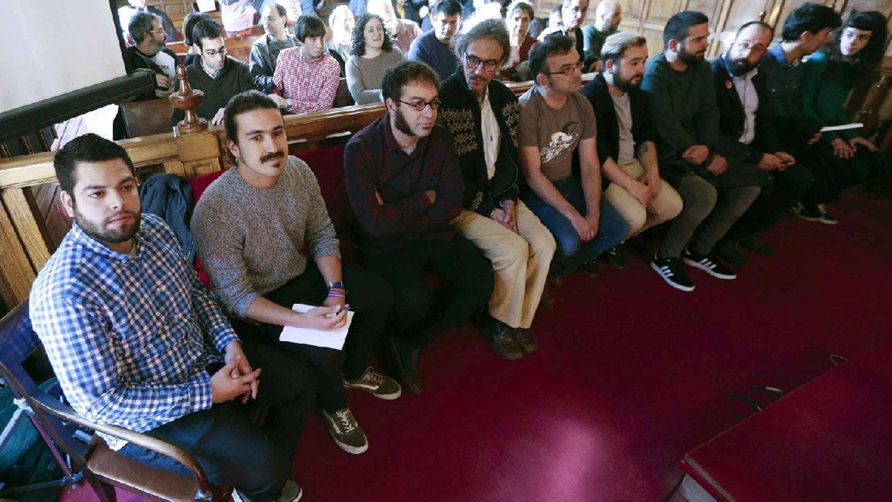 El diputado regional de Podemos, Andrés Fernández Vilanova, y el concejal de Somos Oviedo, Rubén Rosón, junto a los demás acusados por la ocupación del espacio social de La Madreña