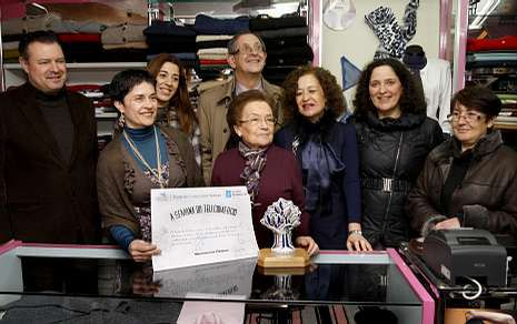 Pilar Ferreiro Santos (en el centro) fue homenajeada ayer por la Dirección Xeral de Comercio.