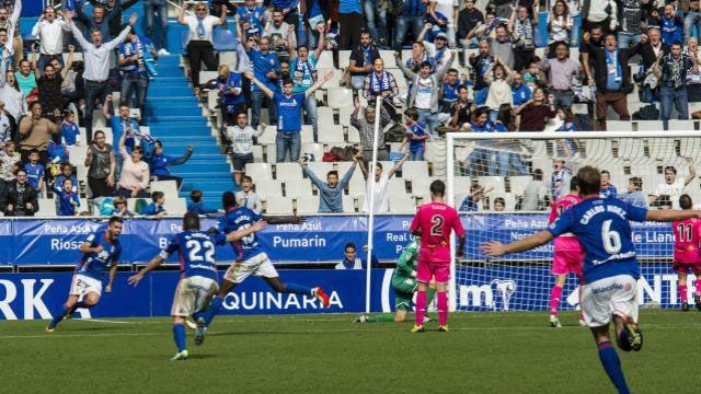 Las mejores imágenes del Oviedo - Lugo.Diegui Johannesson golpeando un balón ante el Lugo