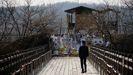 Un hombre pasea cerca de la zona desmilitarizada que separa las dos Coreas