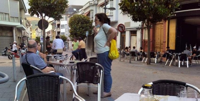 El retorno de la provincia de Ourense a las barras de los bares, en imágenes.En A Rúa se permite usar plazas públicas y de aparcamiento para ampliar las terrazas