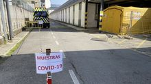 Los test del coronavirus desde el coche se hacen en el lateral del edificio, donde habitualmente se coloca el bus de las resonancias