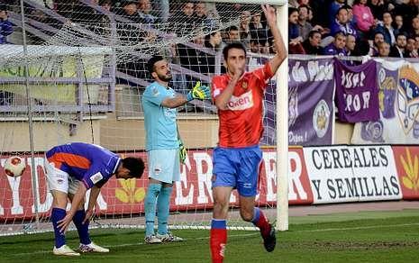 Escrache de los futbolistas del Ourense contra su directiva.Capi celebra el gol con el que el Ourense se puso por delante en la primera parte.