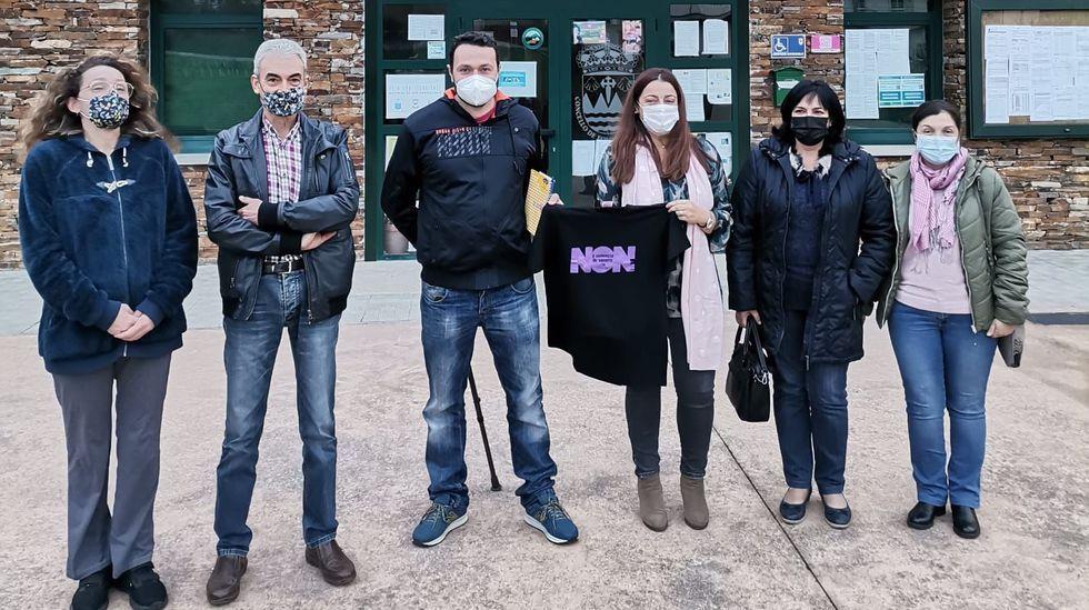 Las imágenes del 25-N en el sur de Lugo.Integrantes de la corporación local de Folgoso do Courel, frente a la casa consistorial para conmemorar el día contra la violencia machista