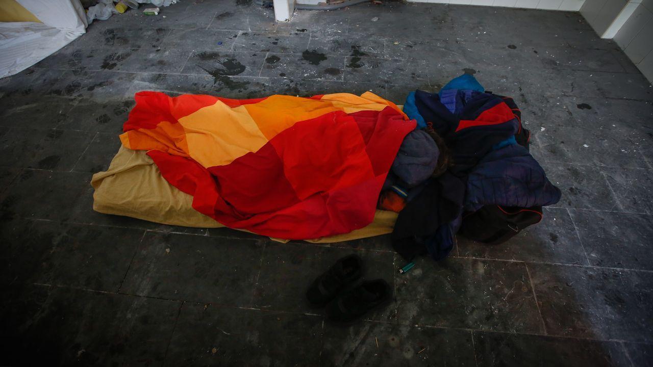 Un indigente duerme en El Remanso, en Cuatro Caminos.