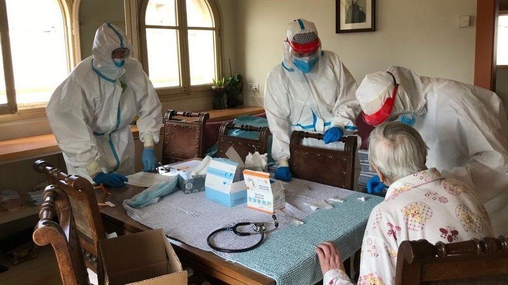 TRABAJADORES DE LA RESIDENCIA DIVINO MAESTRO Trabajadores de la Fundación San Rosendo en el Seminario celebran haber superado el virus