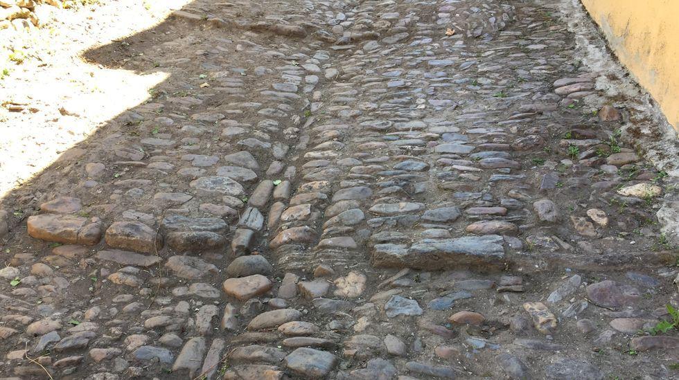 El pavimento de cantos rodados de la Rúa Vella, en un tramo que limpiaron los vecinos