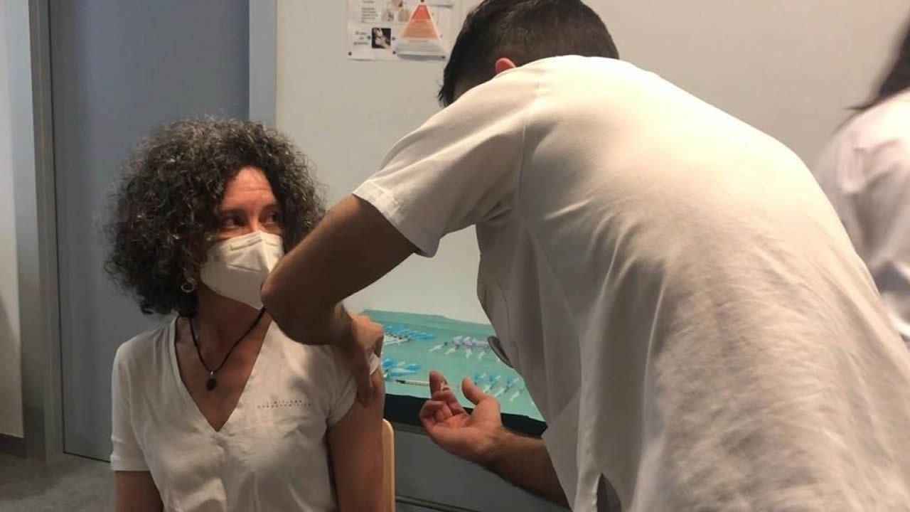 Una hembra de mastínamamanta a una cría de oveja en Celeiro.Una de las primeras profesoras que se ha vacunado del coronavirus en el área sanitaria de Lugo