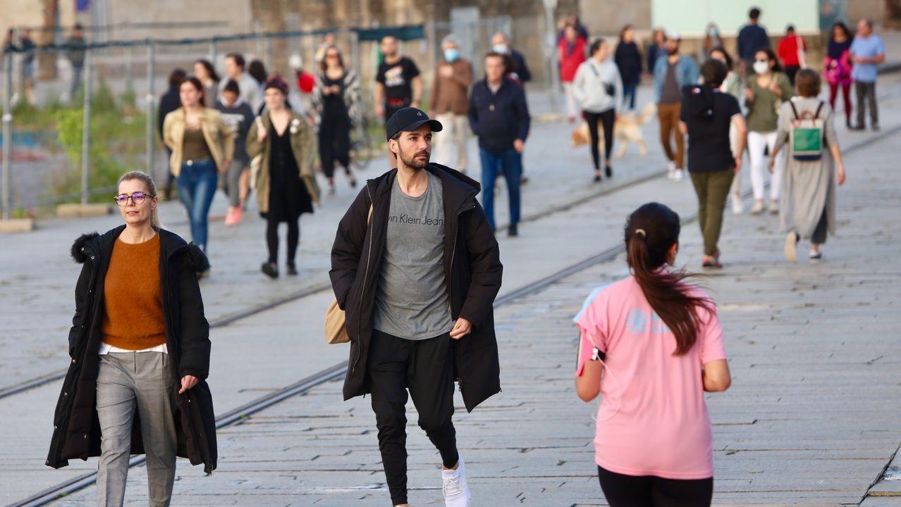 Mucha gente en el paseo de las Avenidas de Vigo