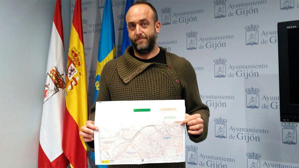 La alcaldesa de Gijón, Carmen Moriyón, en la presentación de las obras de ampliación del hospital Cabueñes.David Alonso, de XsP, con un mapa del último proyecto del Plan de Vías