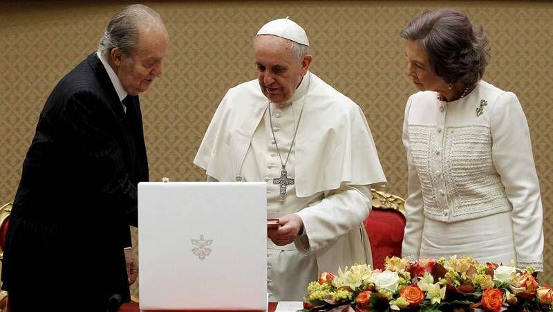 El papa al rey: «El monaguillo primero».El cocinero baiés Juan Bautista Mato, el domingo, con los vecinos de Tella.