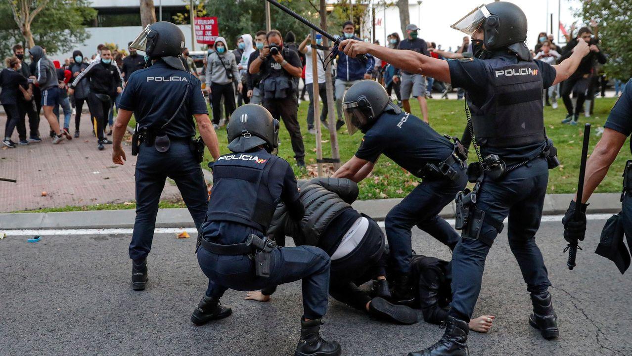 La policía carga contra un grupo de manifestantes que protestan contra el confinamiento en Madrid