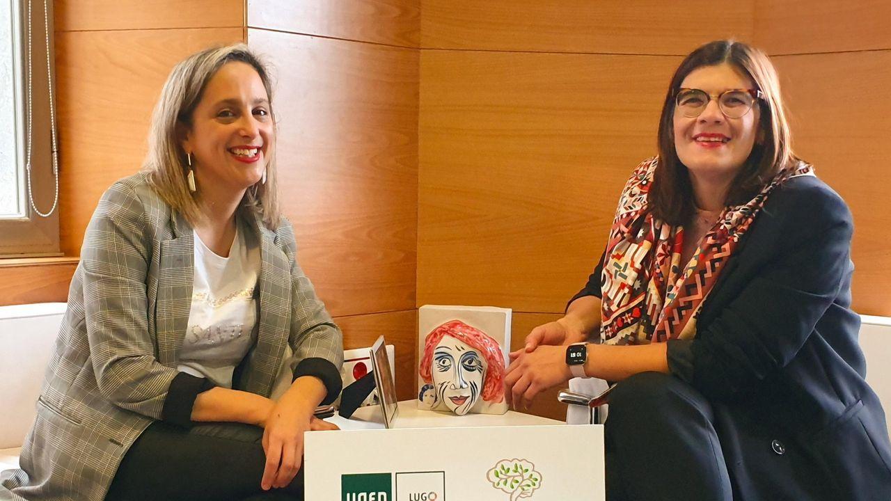 A la izquierda la alcaldesa de Viveiro y a la derecha la directora de la UNED en Lugo