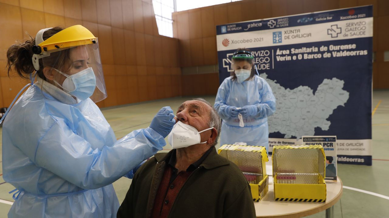 Una sanitaria realiza una prueba pcr a un vecino de Sarreaus