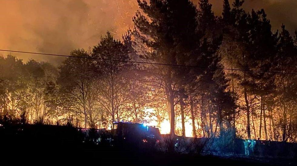 El incendio afectó a una zona plantada de pinos próxima a la aldea