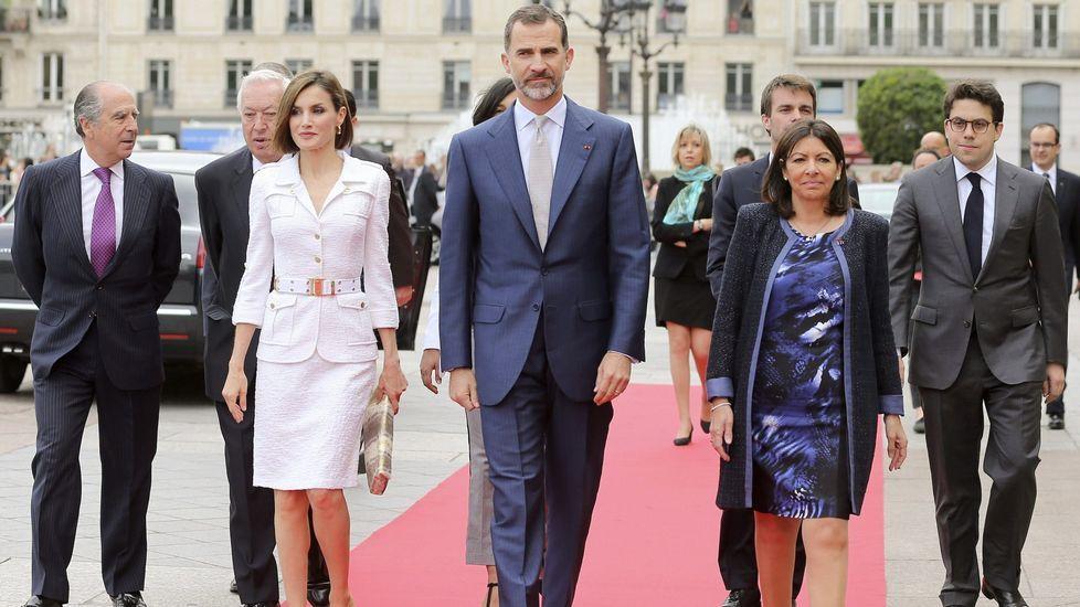 Letizia usó este traje de Felipe Varela en su viaje oficial a Francia en junio del 2015.