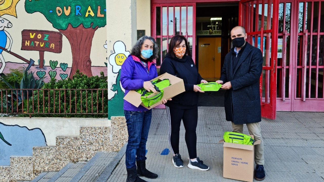 El alcalde de O Incio, Héctor Corujo, entregó las mochilas a representantes del centro educativo y del anpa