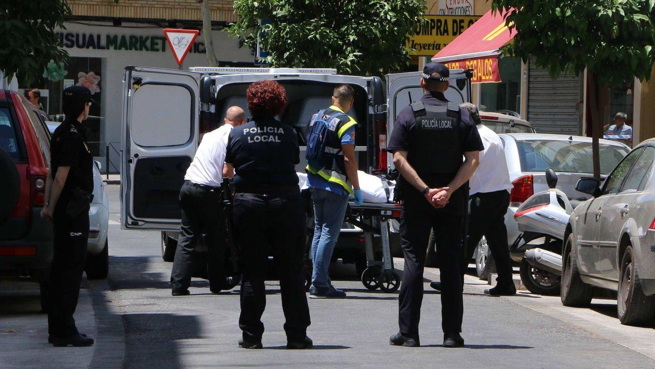 Operarios de una funeraria trasladan el cuerpo de uno de los dos fallecidos en el suceso de Córdoba