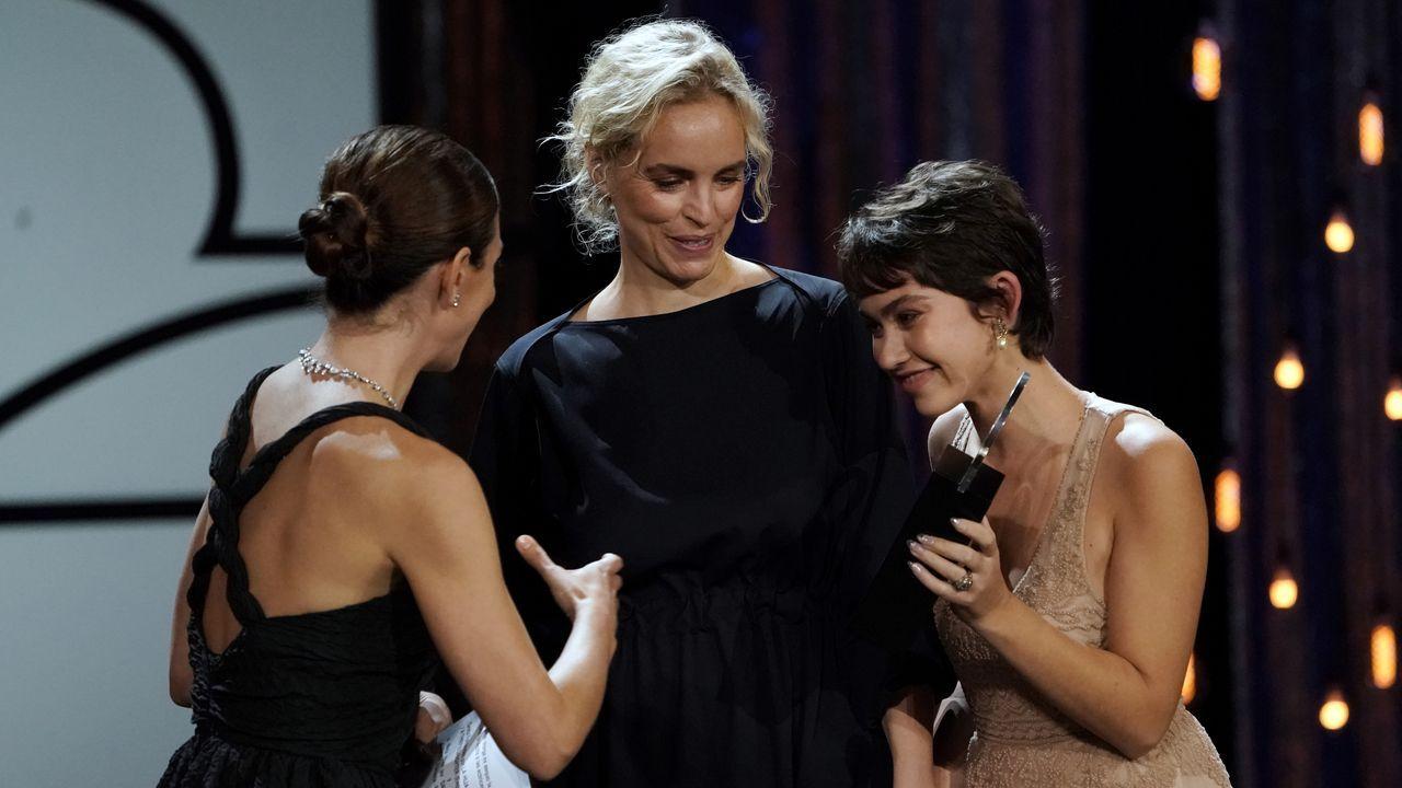 Hoos y Greta Fernández (derecha), premiadas como mejores actrices