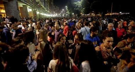 Público abarrotando el paseo marítimo al término de la sesión de fuegos de artificio de la Batalla Naval.