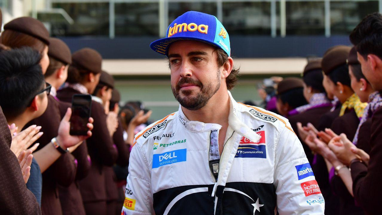 Fernando Alonso responde a una entrevistas en el circuito de Yas Marina