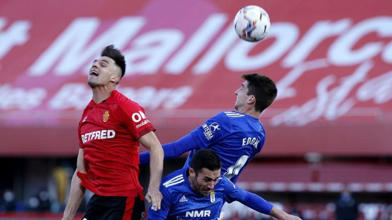 Edgar Gonzalez Lucas Ahijado Martin Valjent Mallorca Real Oviedo .Edgar González pugna por un balón aéreo con Martin Valjent