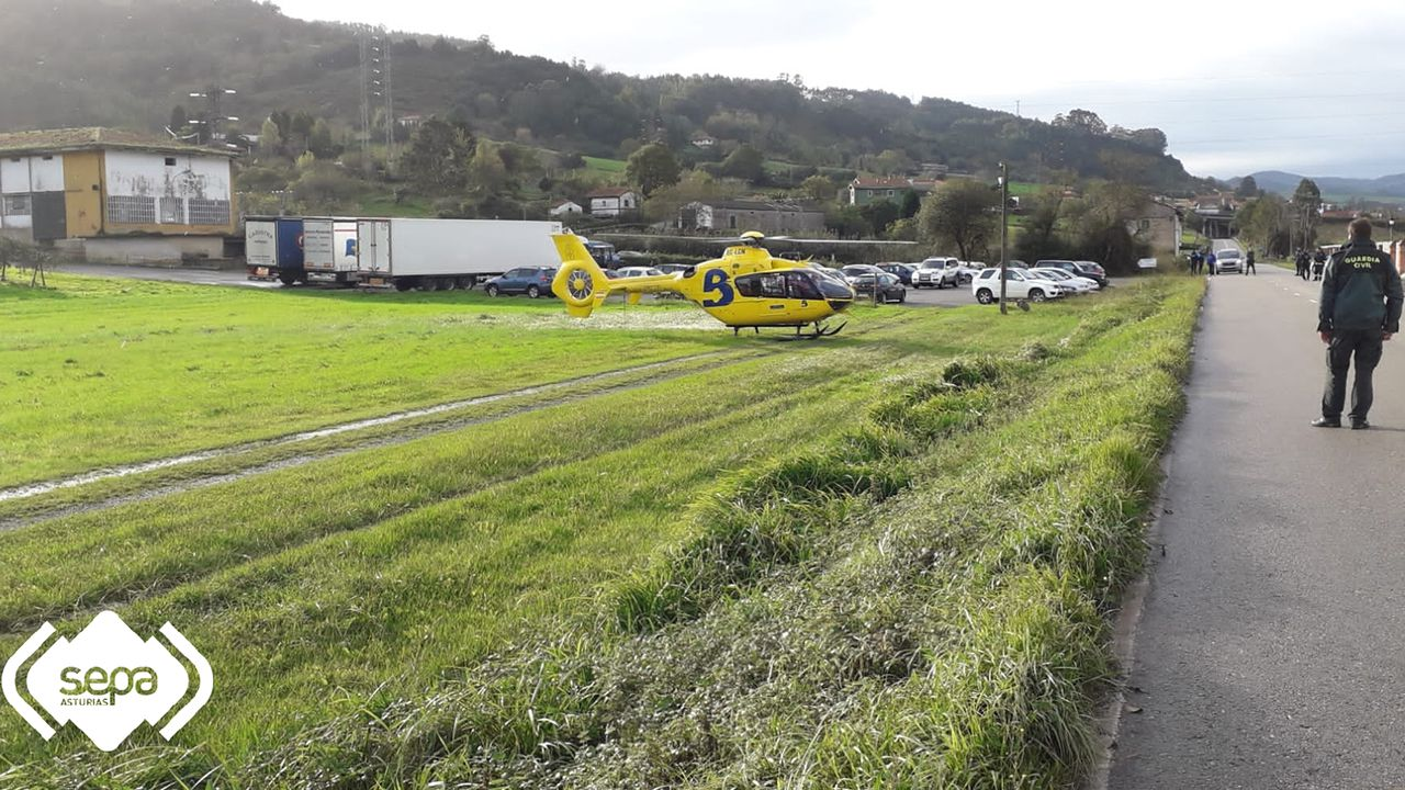 Ría del Eo.El helicóptero del Sepa traslada al HUCA a un trabajador herido en una fábrica de sidra