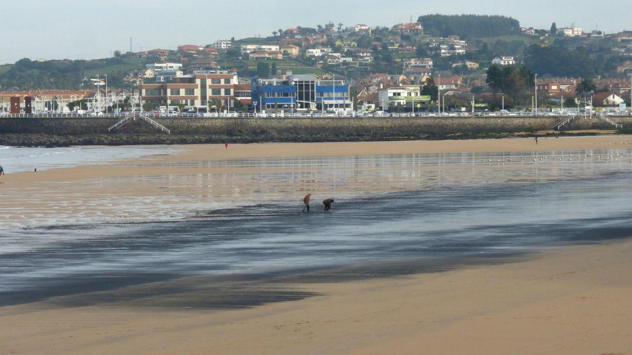 Carbón en la playa de San Lorenzo, Gijón.Investigadores del Incar, ayer, tomando muestras en San Lorenzo