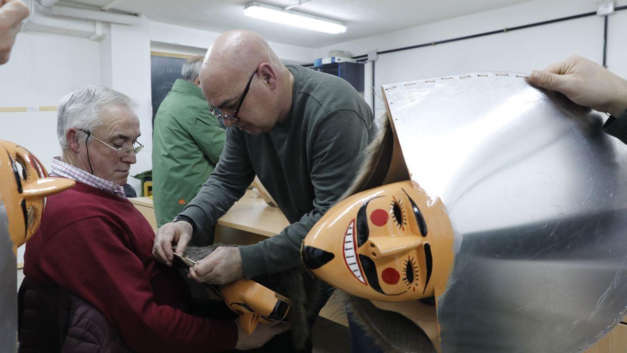 Núñez Feijoo conoce el proceso de elaboración de la pizarra.Maica Fernández es la mitad de Licores Os Maios, que tiene su sede en Leiro