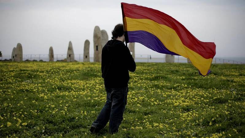 Decenas de actos conmemoran el 83 aniversario la II República.Preston durante la presentación en el 2003 en Madrid de su libro Juan Carlos, El rey del pueblo.